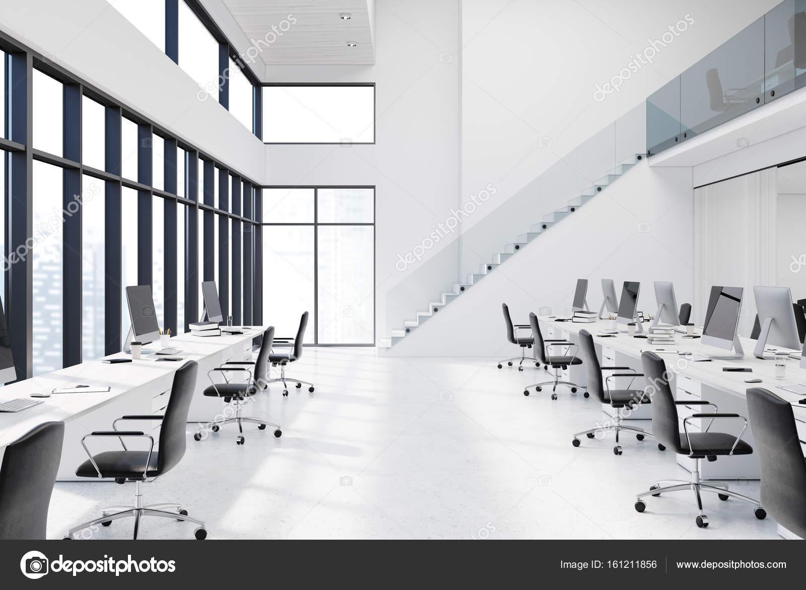 Blanc bureau espace ouvert avec des escaliers u photographie