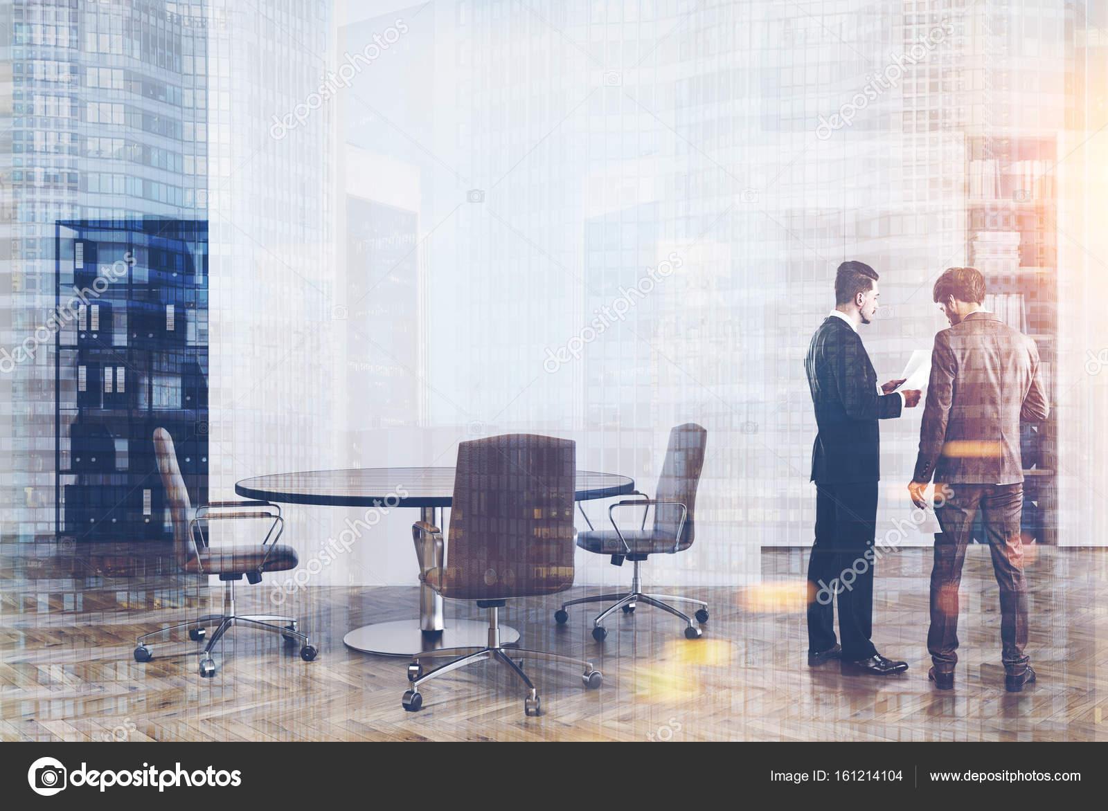 Ufficio Bianco E Legno : Ufficio bianco e legno librerie uomini u foto stock