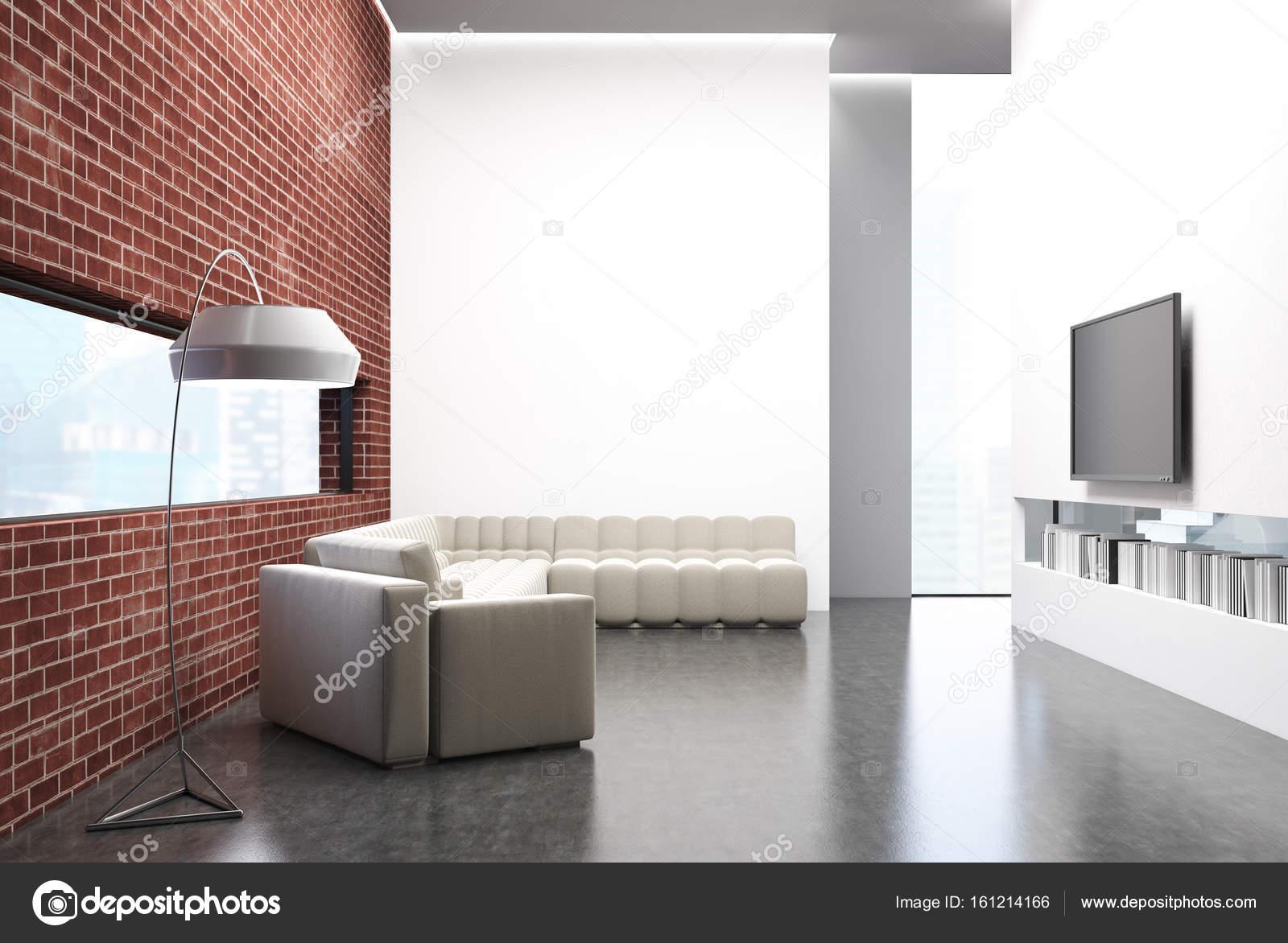 Ziegel-Wohnzimmer, ein Sofa, einen Fernseher und ein poster ...