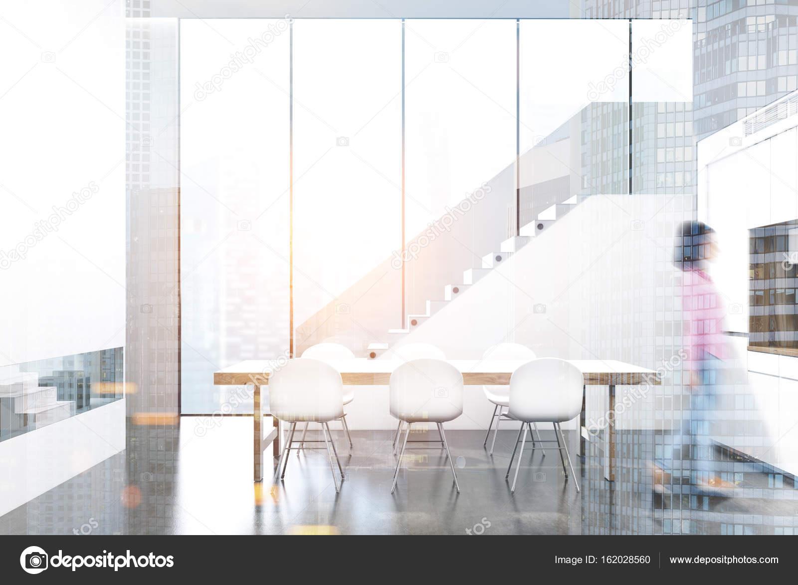 Attractive Weißen Esszimmer Interieur In Einem Zimmer Mit Panoramafenster, Ein Langer  Tisch Mit Einer Reihe Von Weißen Stühlen, Einem Bücherregal In Einer Weißen  Wand.