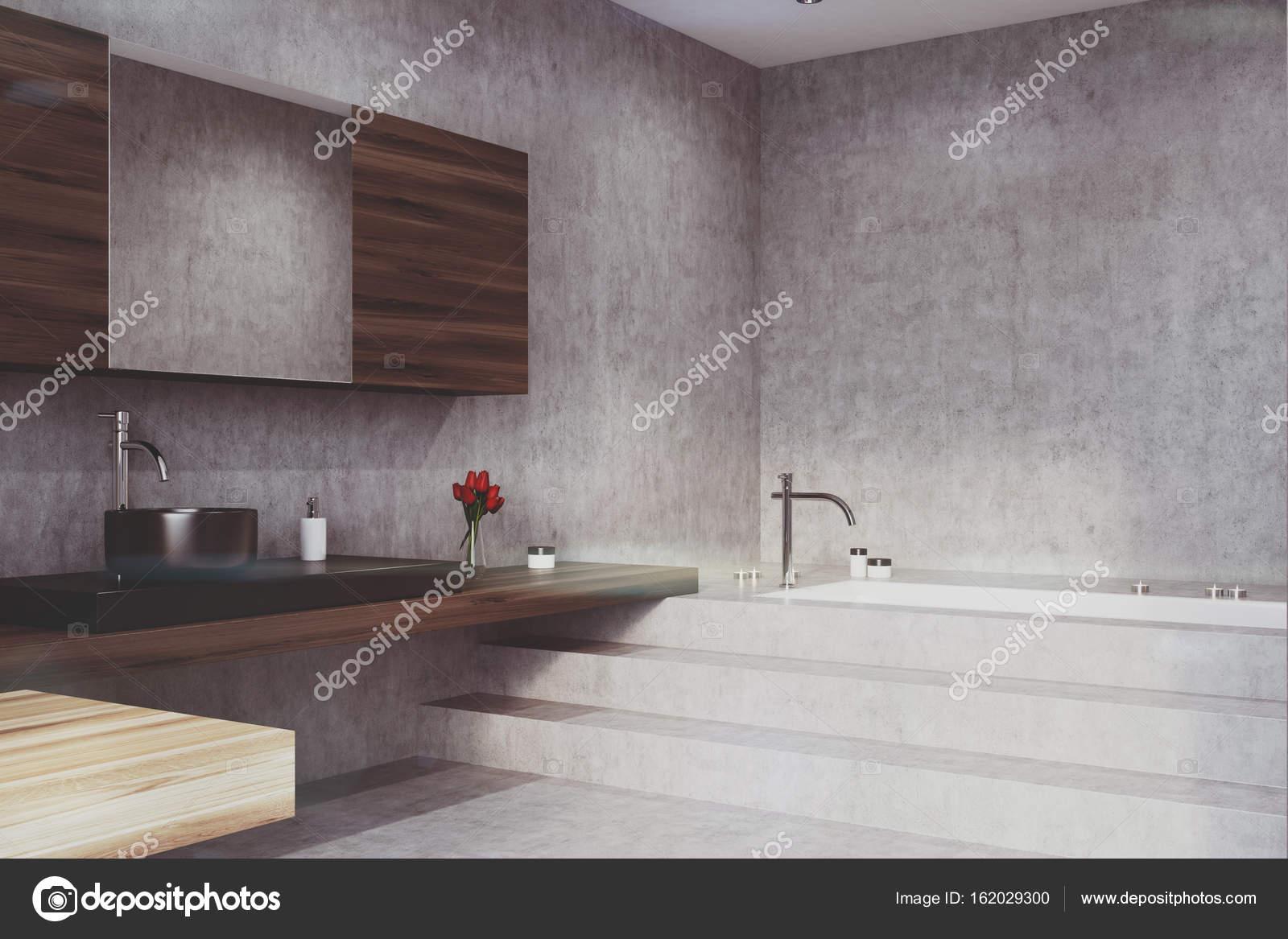 Calcestruzzo di bagno vasca e lavabo angolo tonica u foto stock