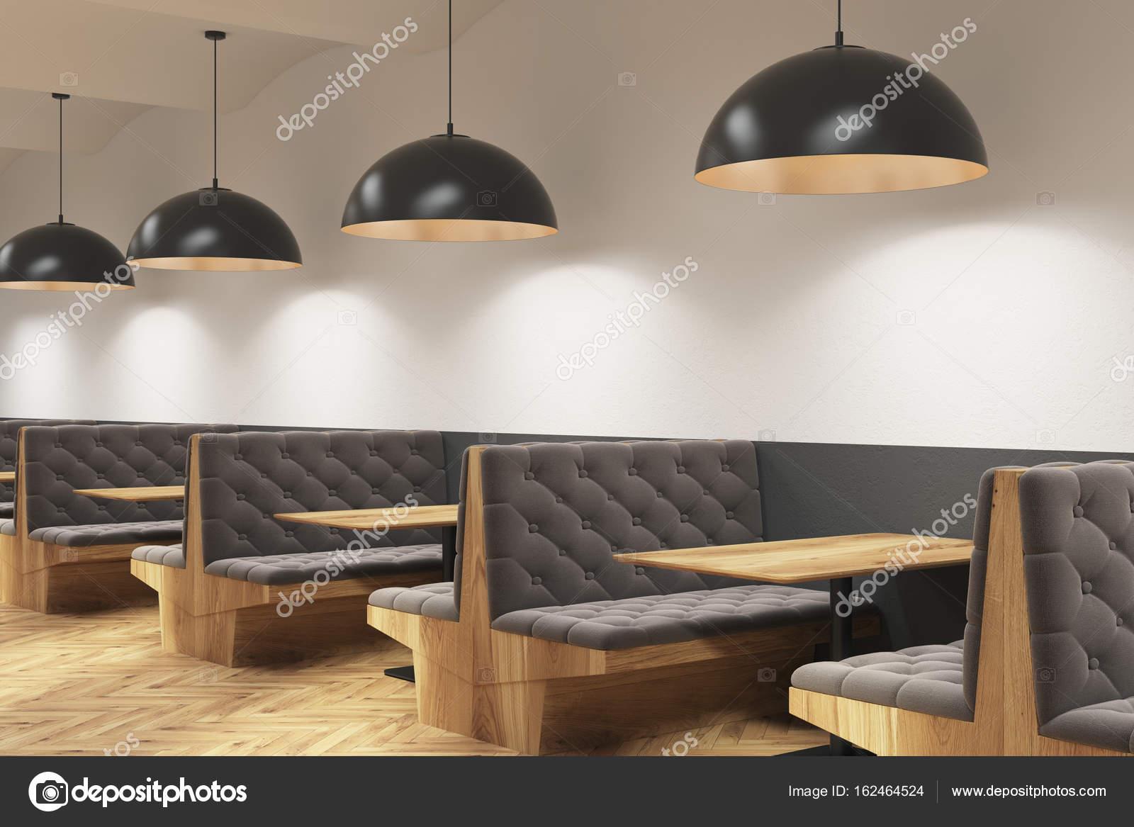 grijze caf interieur met banken en lampen stockfoto