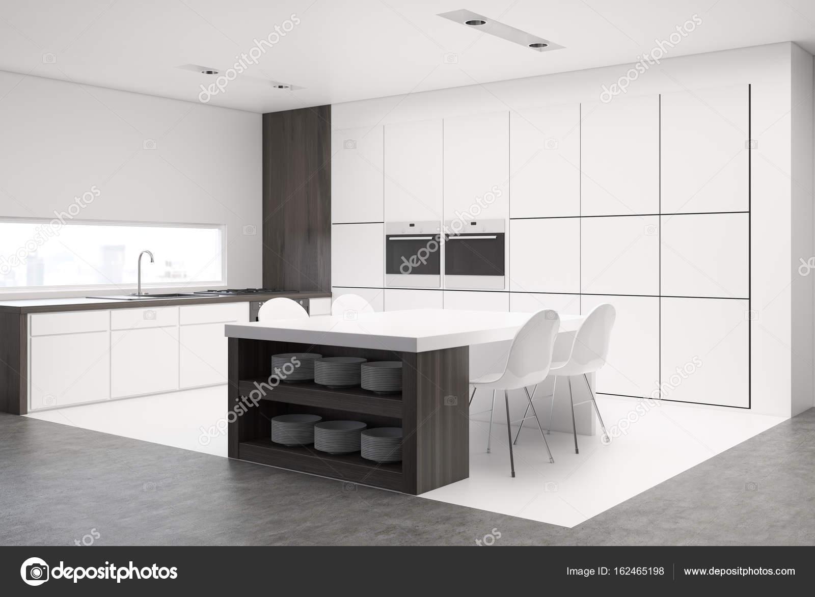 Kuche Mit Tisch Und Arbeitsplatten Schattenseiten Stockfoto