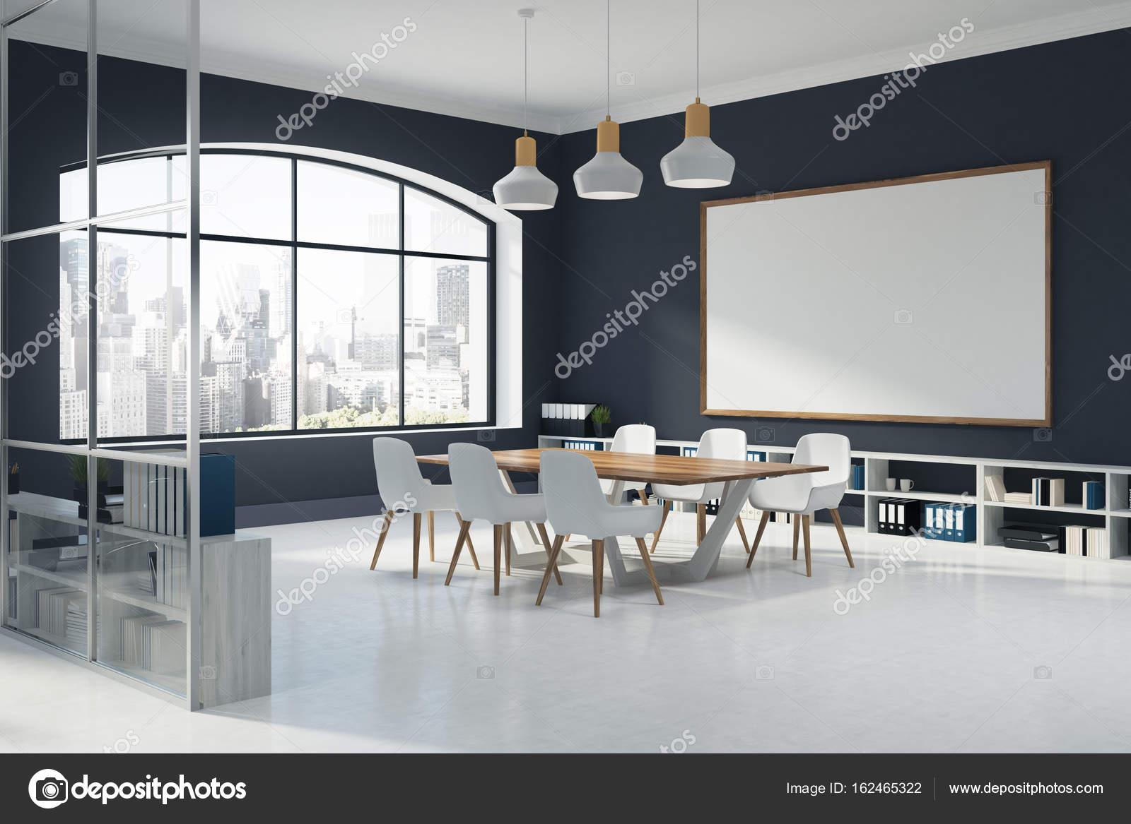 Nice Black Konferenz Innenraum Mit Einem Großen Fenster, Ein Whiteboard, Ein  Langer Tisch, Umgeben Von Weißen Stühle Und Regale An Den Wänden Entlang  Stehen.