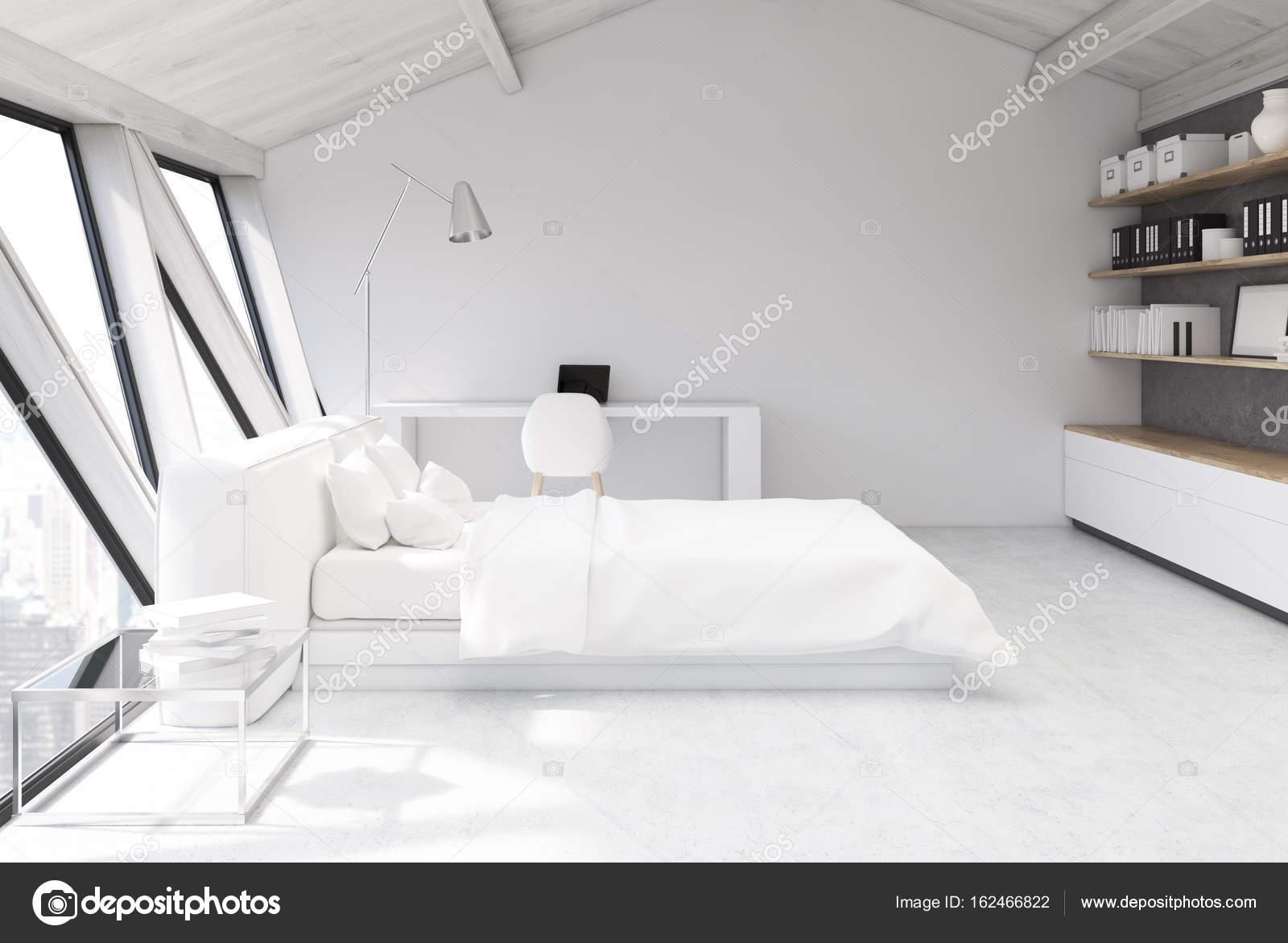 Weiße Schlafzimmer auf einem Dachboden, Seitenansicht — Stockfoto ...