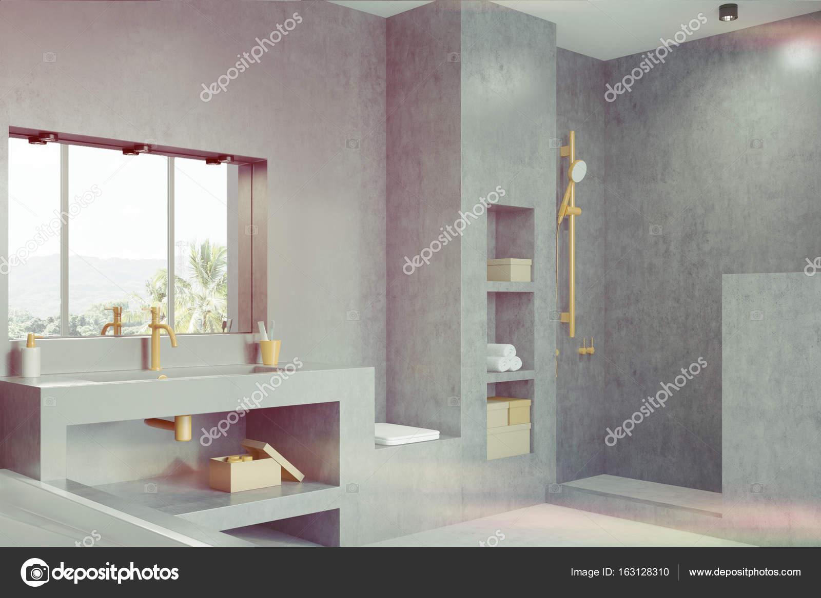 grijze badkamer met een raam kant toned stockfoto