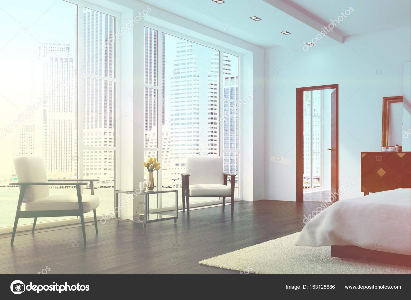 Weißes Schlafzimmer mit zwei Sesseln, getönt — Stockfoto ...