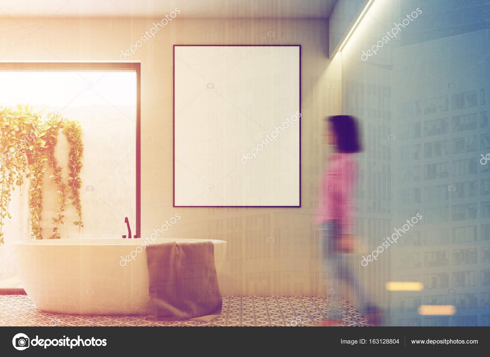 Frau In Einem Weißen Badezimmer Interieur Mit Einem Fliesenboden, Ein  Gerahmtes Vertikale Poster Und Eine Tür Zum Hof Mit Einem Werk An Der Wand.