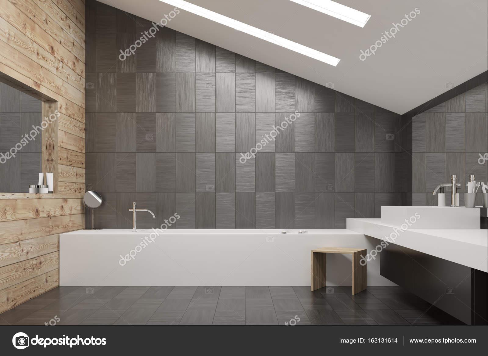 Dunkelgrau Geflieste Und Hölzernen Badezimmer Interieur Mit Einem  Fliesenboden, Eine Eckige Badewanne Und Waschbecken Und Zwei Spiegel.