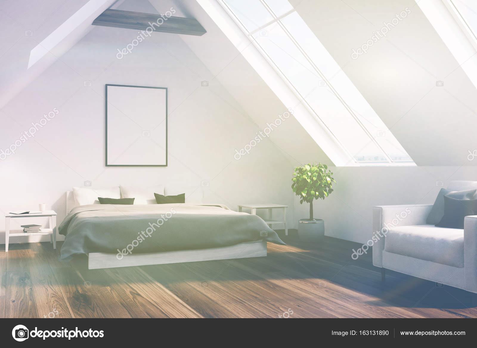 Dachgeschoss Schlafzimmer mit grauen Bett, Plakat, Seite getönt ...