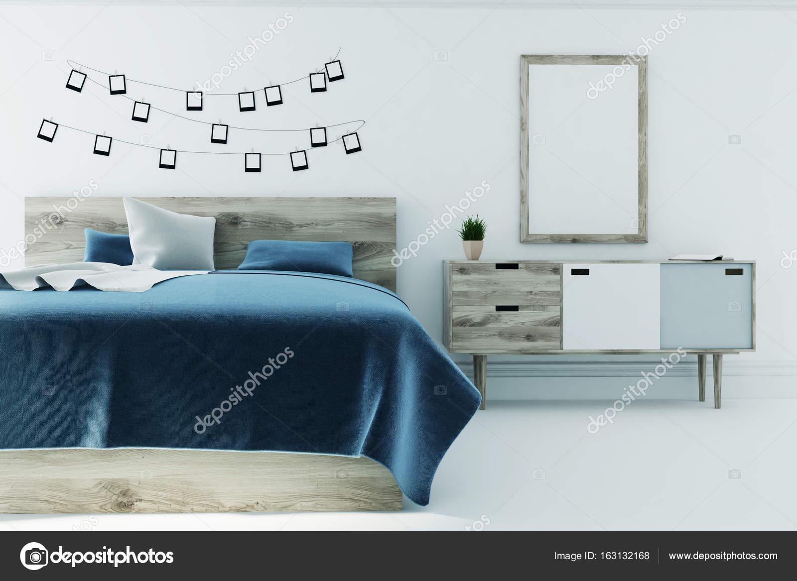 Chambre Blanche Avec Une Couverture De Lu0027affiche, Bleuu2013 Images De Stock  Libres De Droits