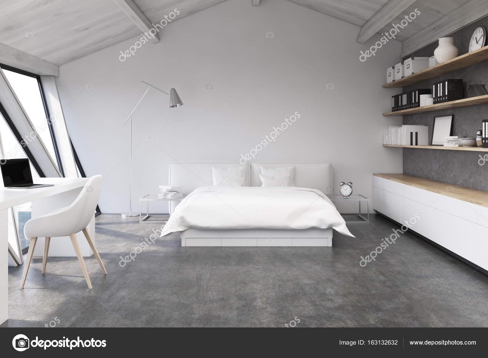 wit slaapkamer op een zolder concrete stockfoto