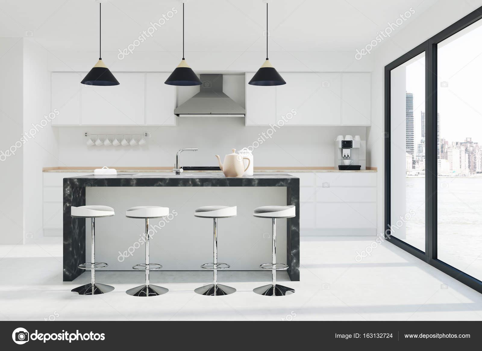 Cocina blanca interior y oscuro bar de mármol de — Foto de stock ...