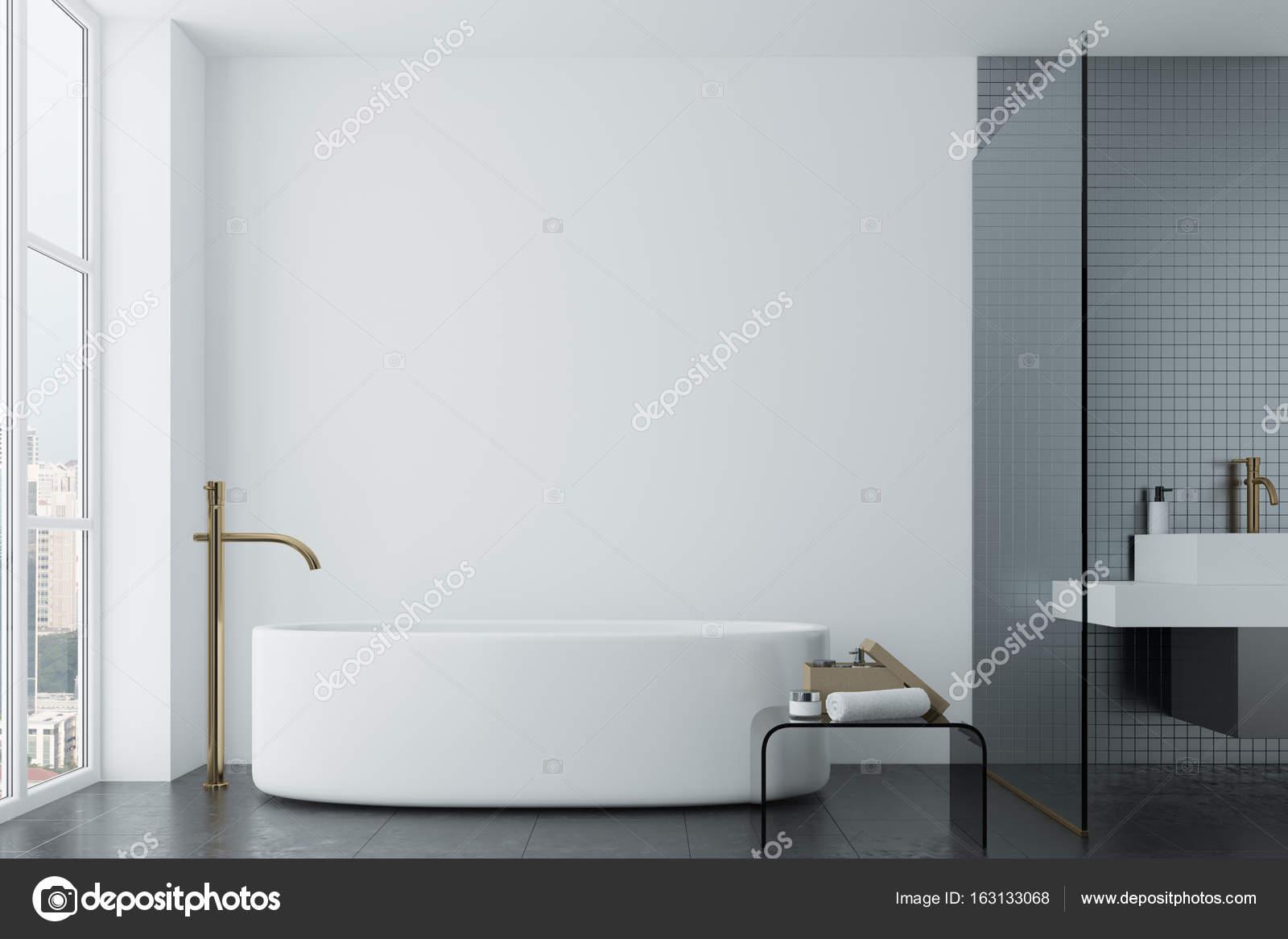 Witte badkamer, grijze tegels en ronde kuip — Stockfoto ...