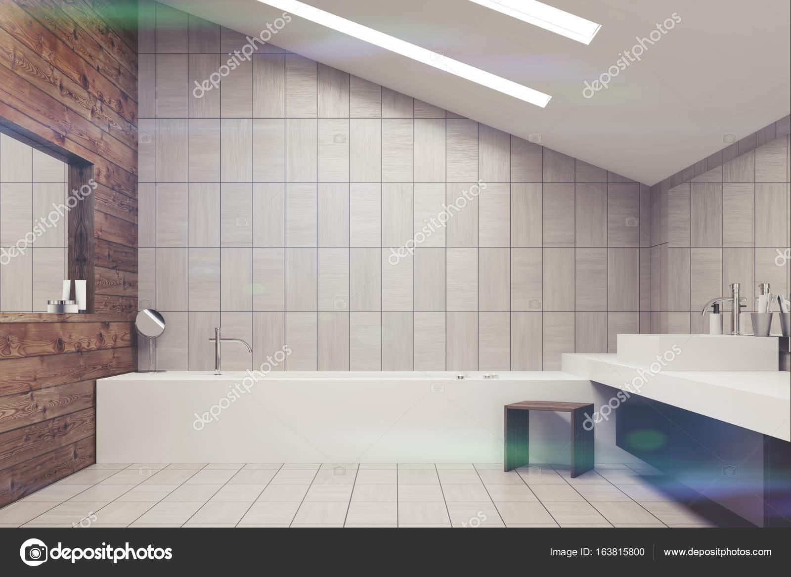 In legno e piastrelle bagno tonica u foto stock denisismagilov