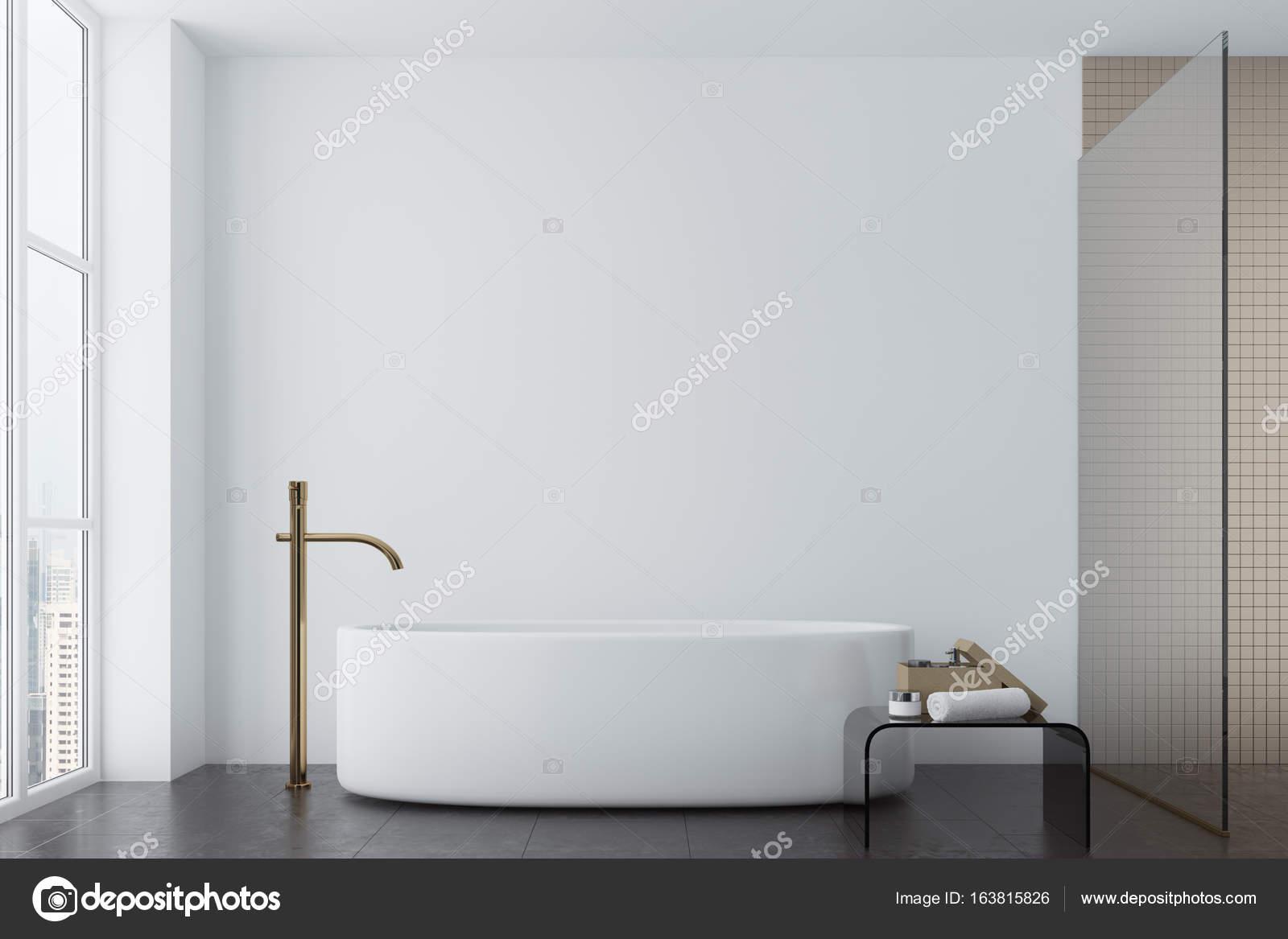 Weiße Loft Bad Mit Beige Fliesen Und Eine Runde Badewanne. Ein Kleiner  Tisch Mit Einem Handtuch Und Einem Cremefarbenen Glas. 3D Rendering Mock Up  U2014 Foto ...