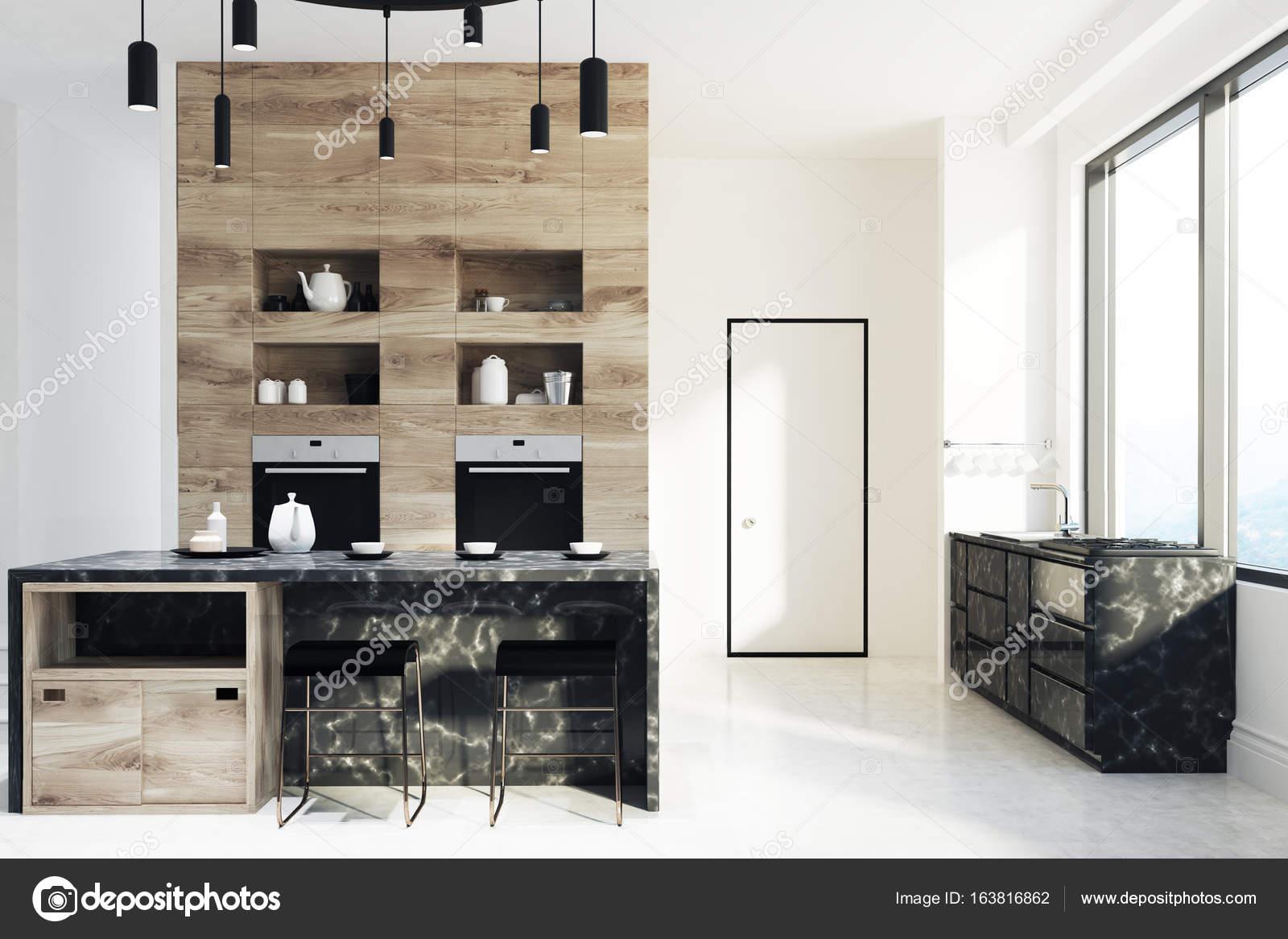 Cucina in legno e in marmo porta u foto stock denisismagilov