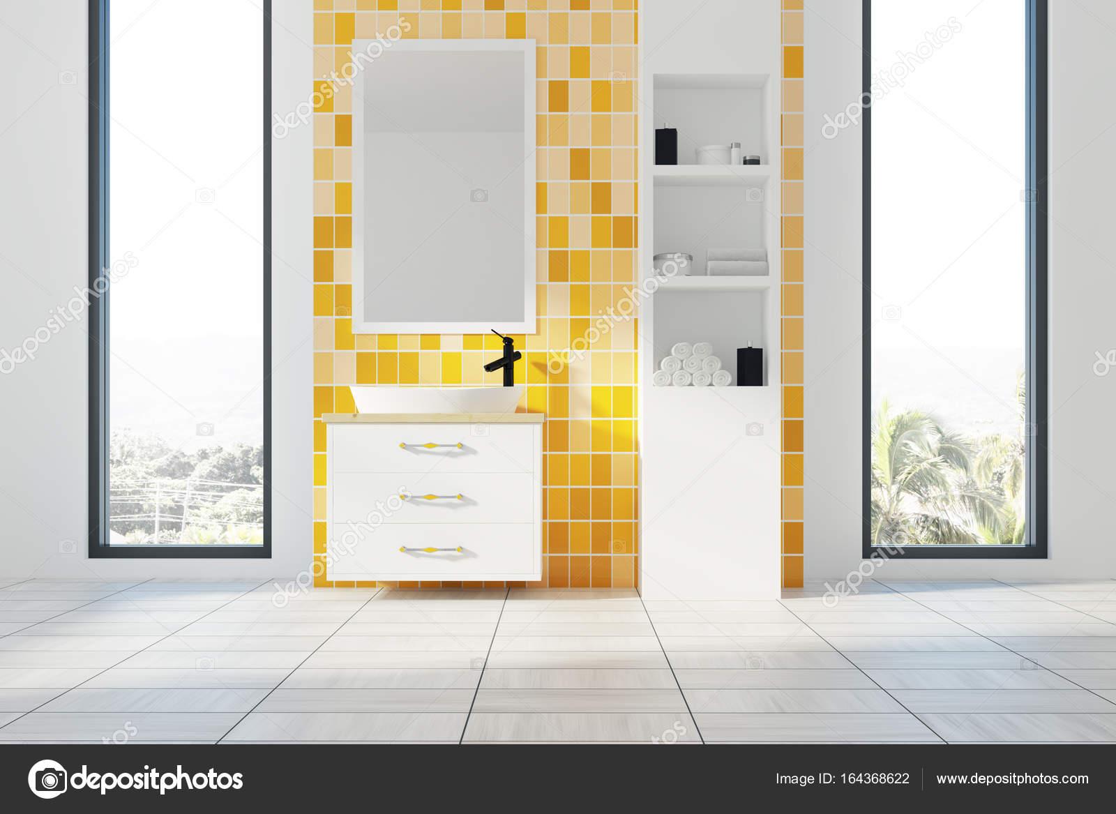 Étagères, lavabo et intérieur de la salle de bain jaune ...