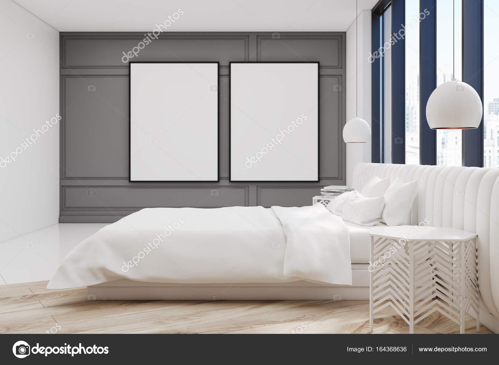 Posters In Slaapkamer : Drie lege verticale posters in slaapkamer over houten bed