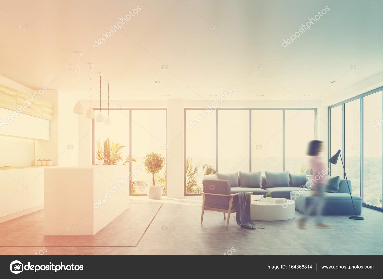Wit woonkamer interieur met een bar, blauw, meisje — Stockfoto ...