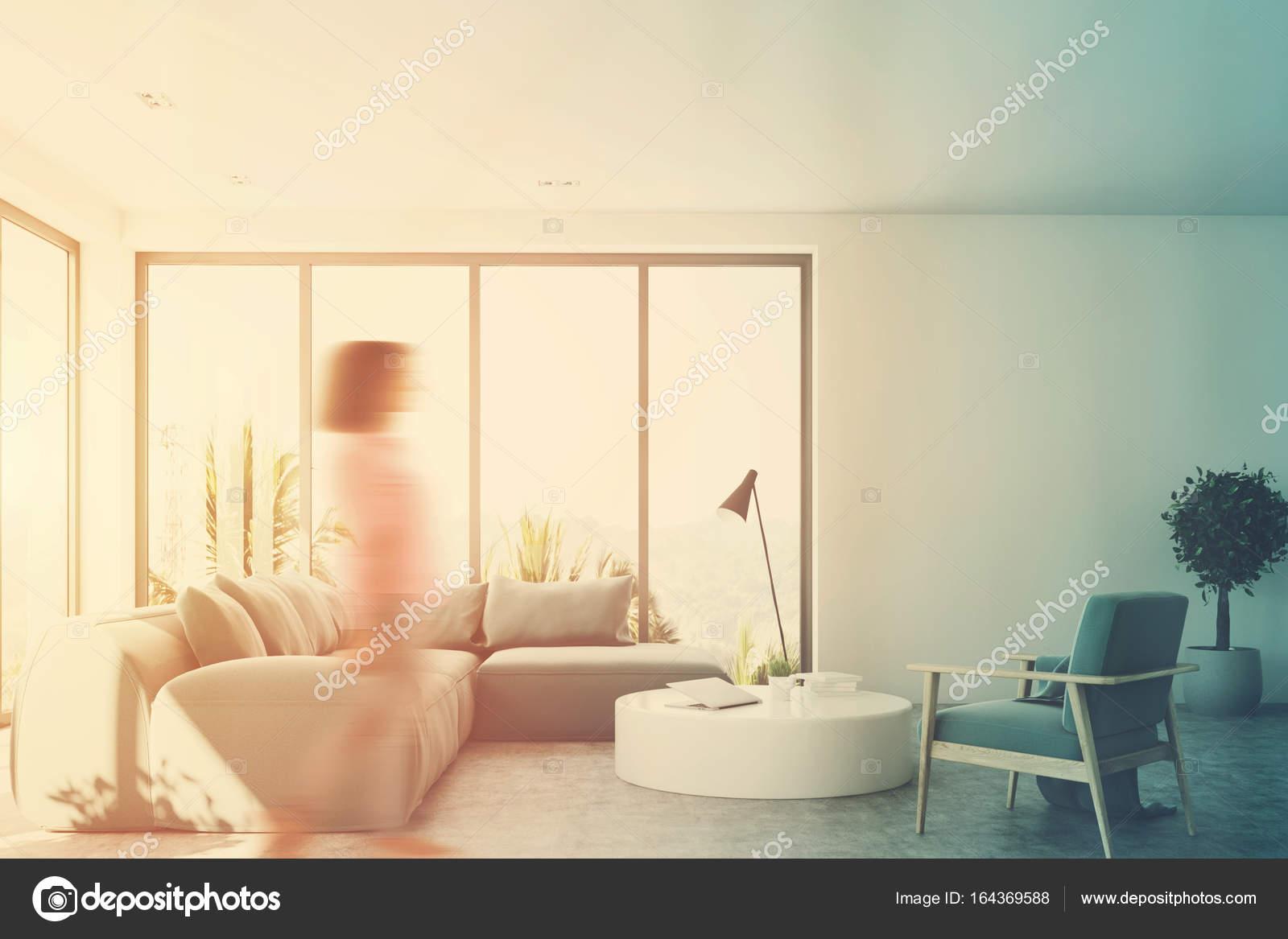 Branco Sala De Estar Com Um Sof Azul Na Frente Menina  -> Sala De Estar Pequena Azul