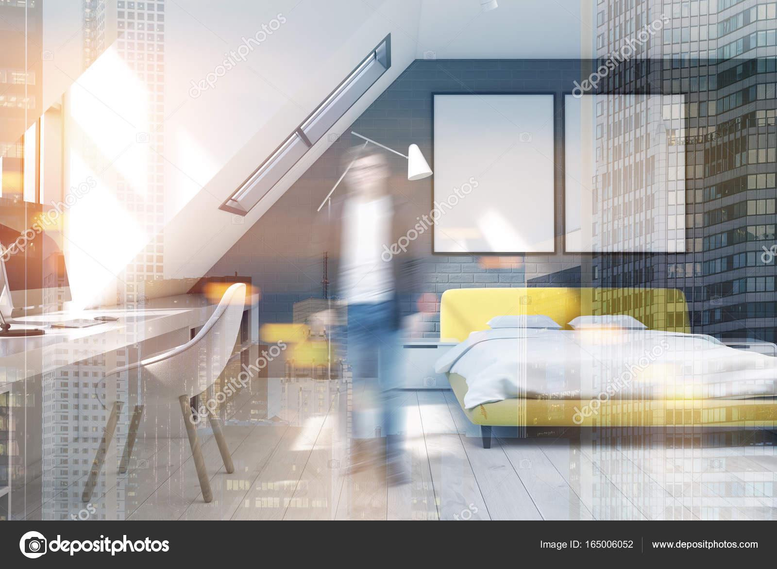 Gele Muur Slaapkamer : Baksteen muur slaapkamer en home office geel man u stockfoto