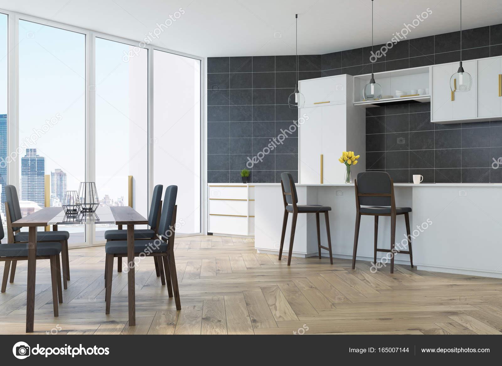 Cucina grigia con una tabella u foto stock denisismagilov