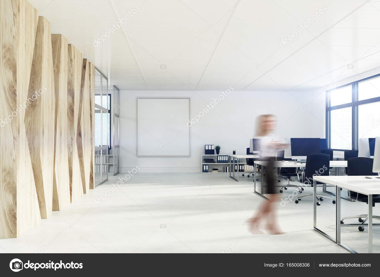 Bureau espace ouvert avec un mur en bois laffiche la jeune fille