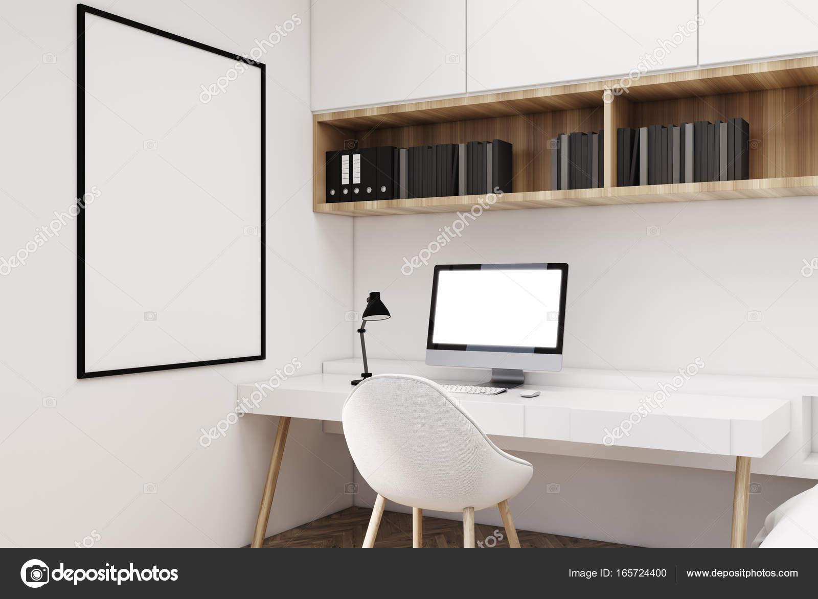 Bureau à domicile avec une table blanche deux étagères en bois avec des livres et dossiers un moniteur dordinateur vierge et une affiche verticale