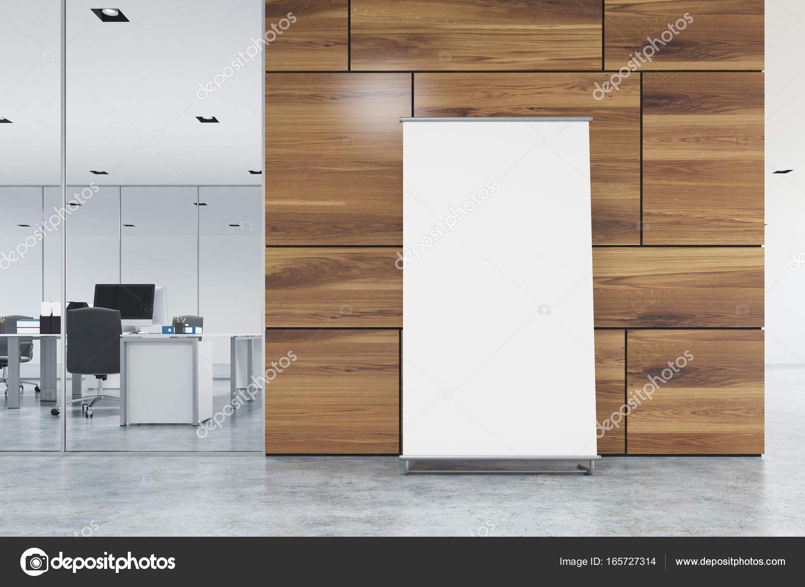 Ufficio Pavimento Grigio : Poster verticale è in piedi su un pavimento grigio ufficio vicino
