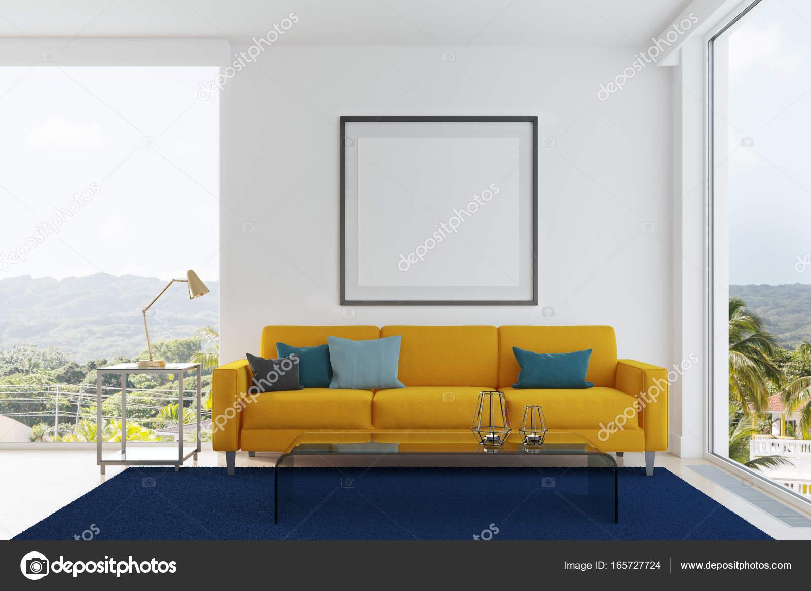 Weiße Wohnzimmer Interieur Mit Einem Gelben Sofa, Schwarz, Grau Und Blau  Kissen, Einen Blauen Teppich, Ein Gerahmtes Quadratische Plakat Und Loft  Fenster.