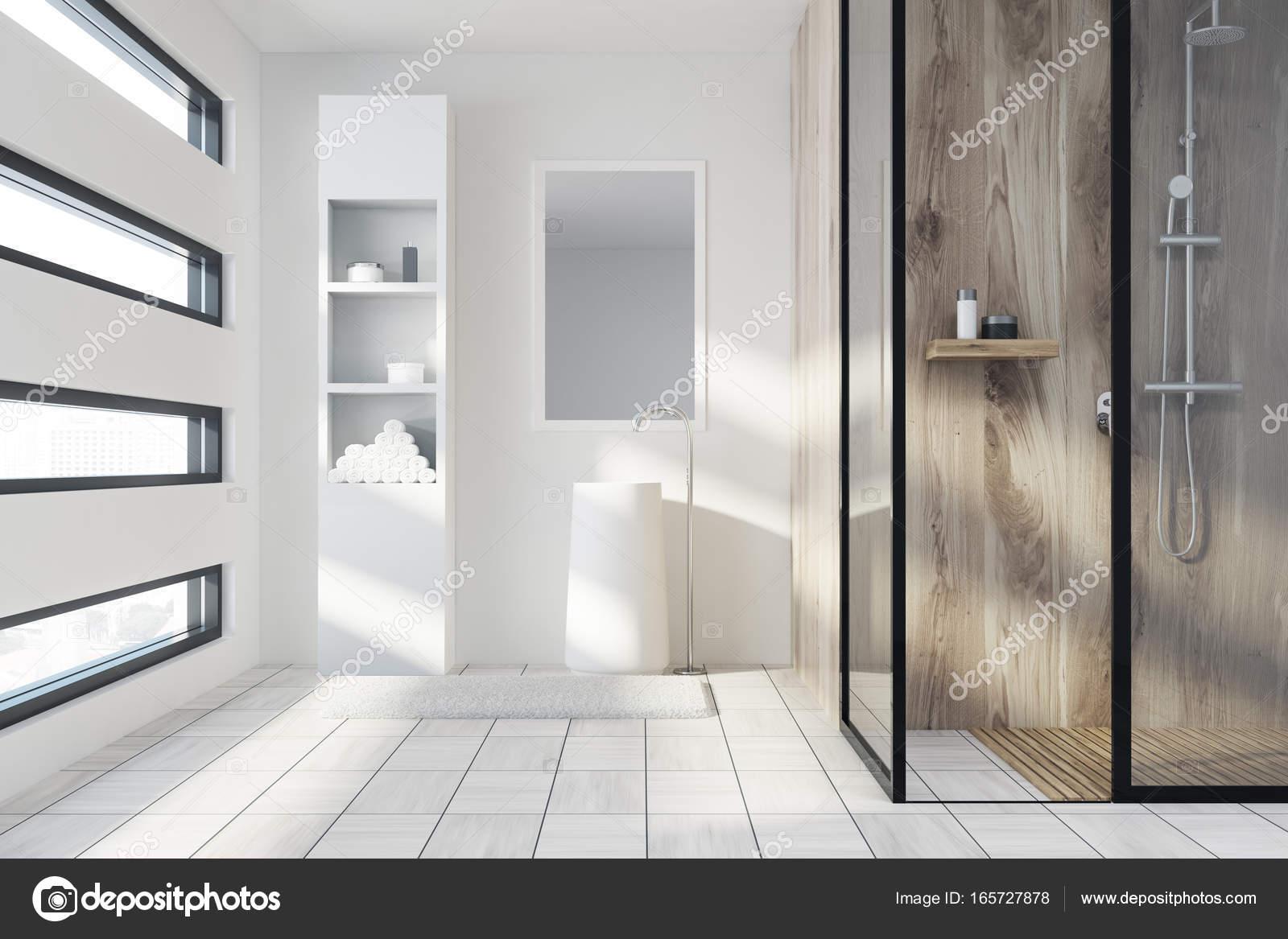 Doccia in legno e un lavandino bianco u foto stock