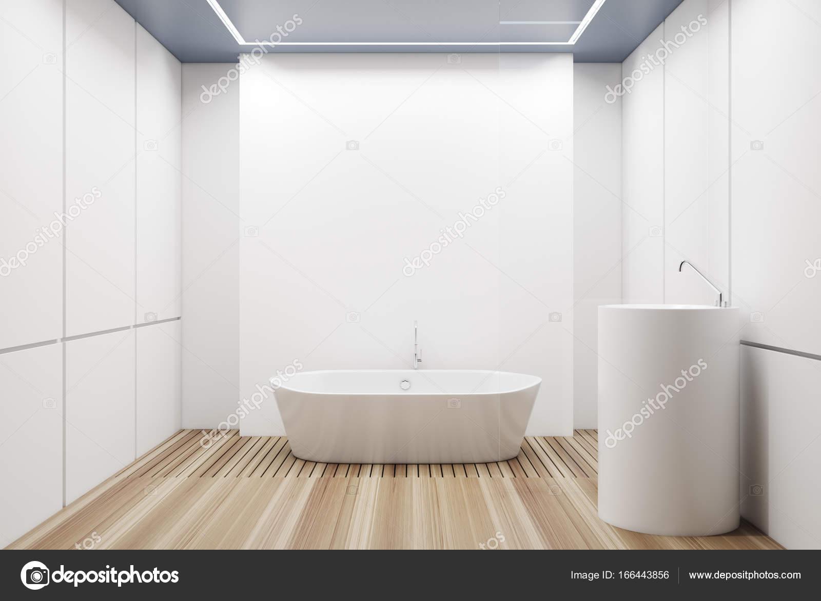 Wit betegelde badkamer witte tub u stockfoto denisismagilov