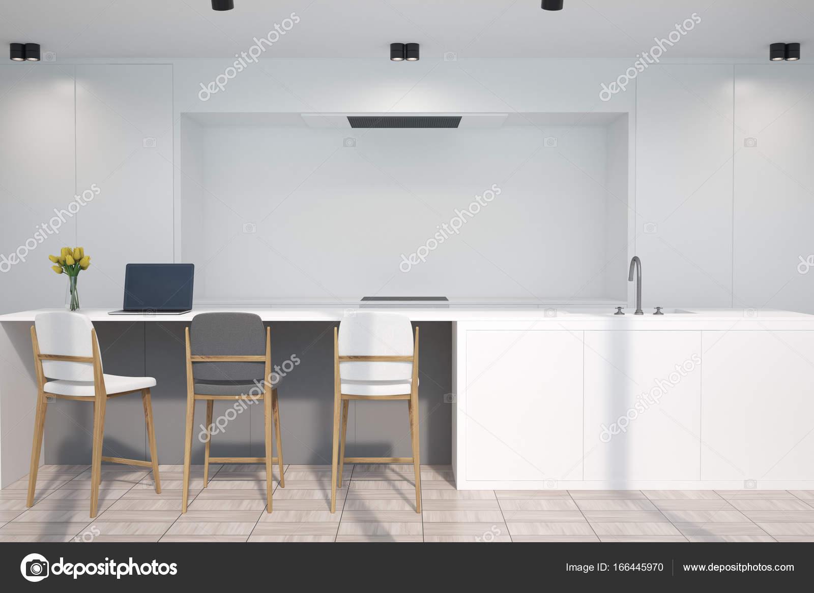 Weiße Küche mit einer Bar, einem grauen Hocker — Stockfoto ...