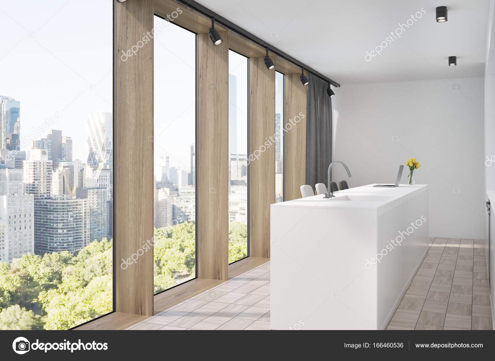 Cucina bianca e legno con un bar, vista laterale — Foto Stock ...