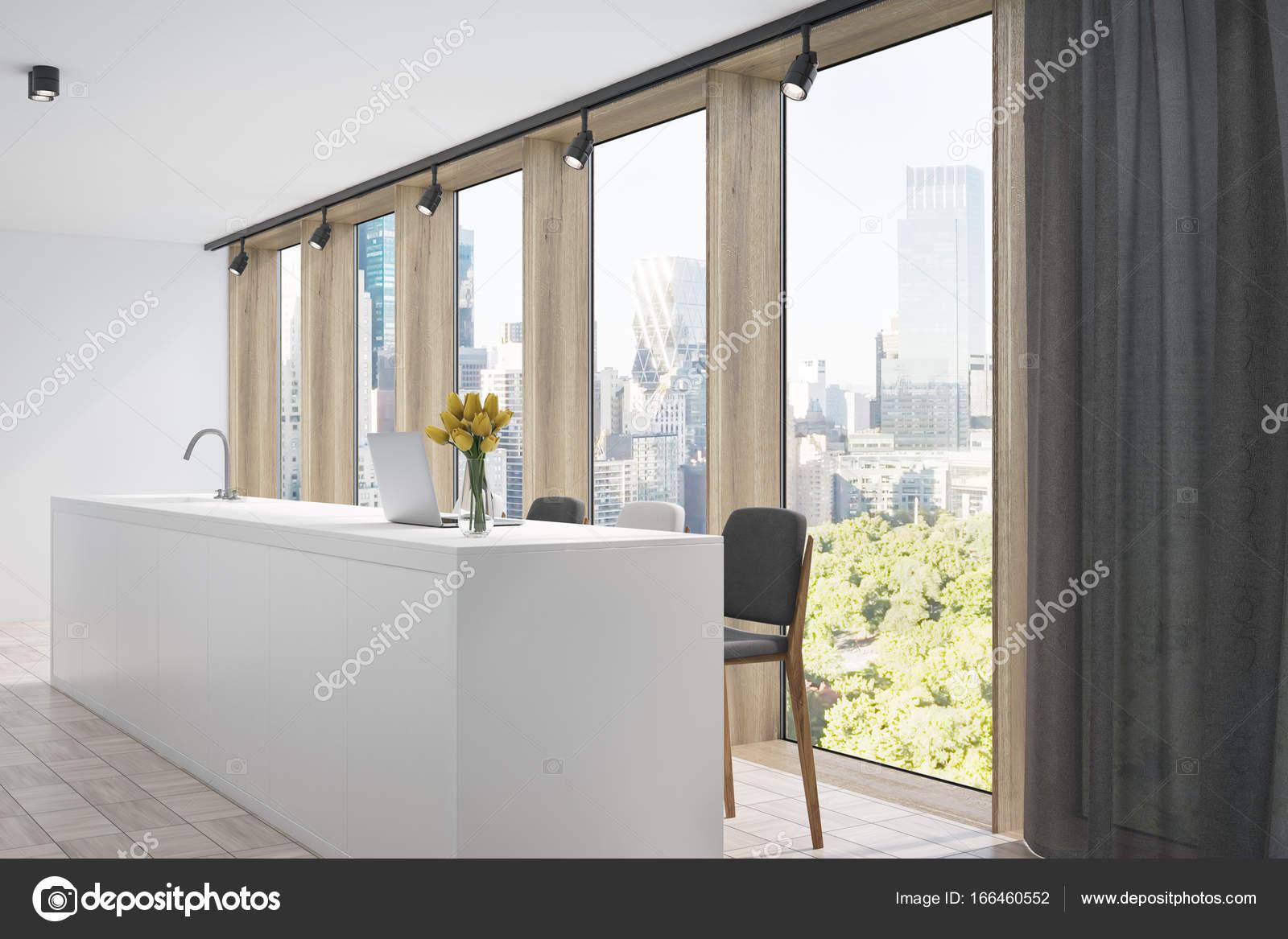 Cucina bianca con un bar un grigio sgabello lato u foto stock