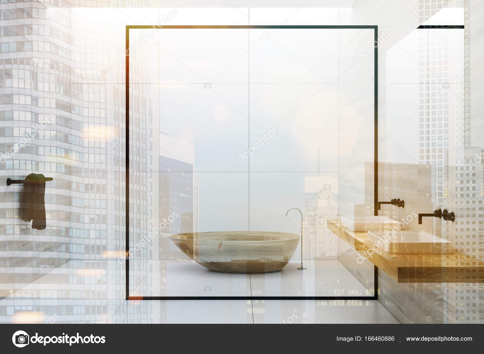 Witte badkamer houten bad en dubbele wastafels — Stockfoto ...