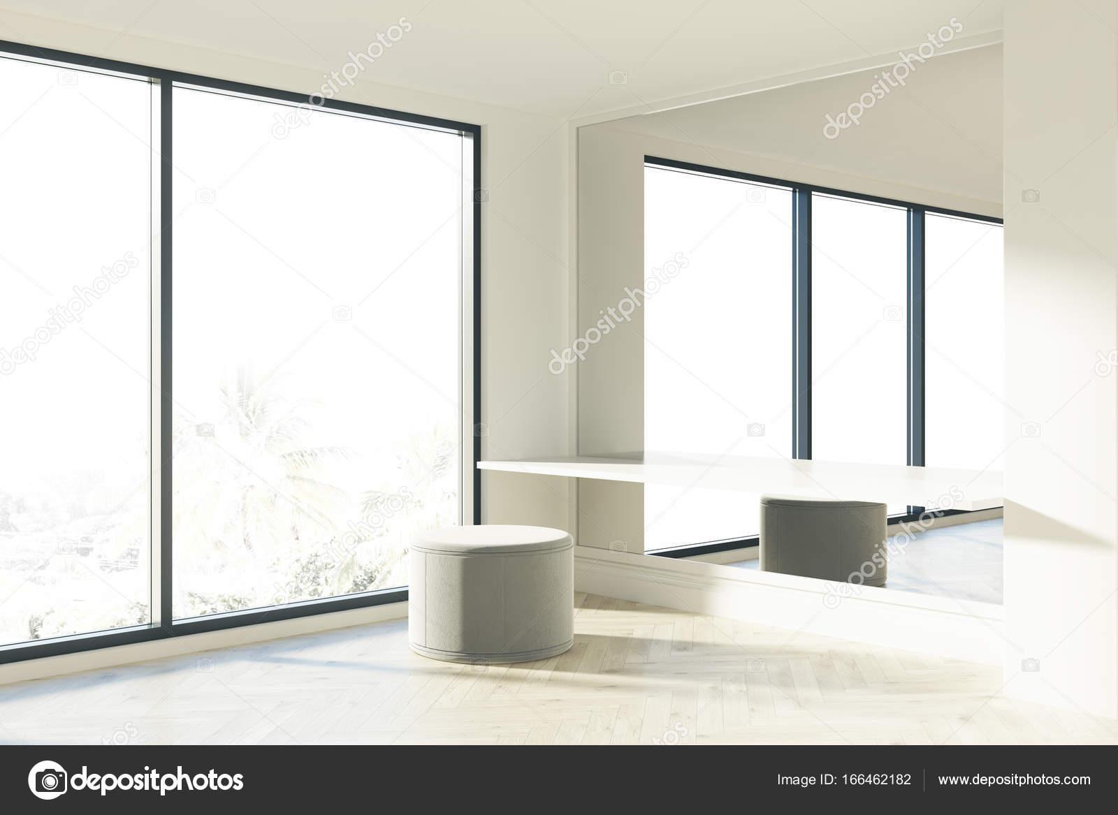 Bureau de zone soufflant fenêtre dattente u2014 photographie