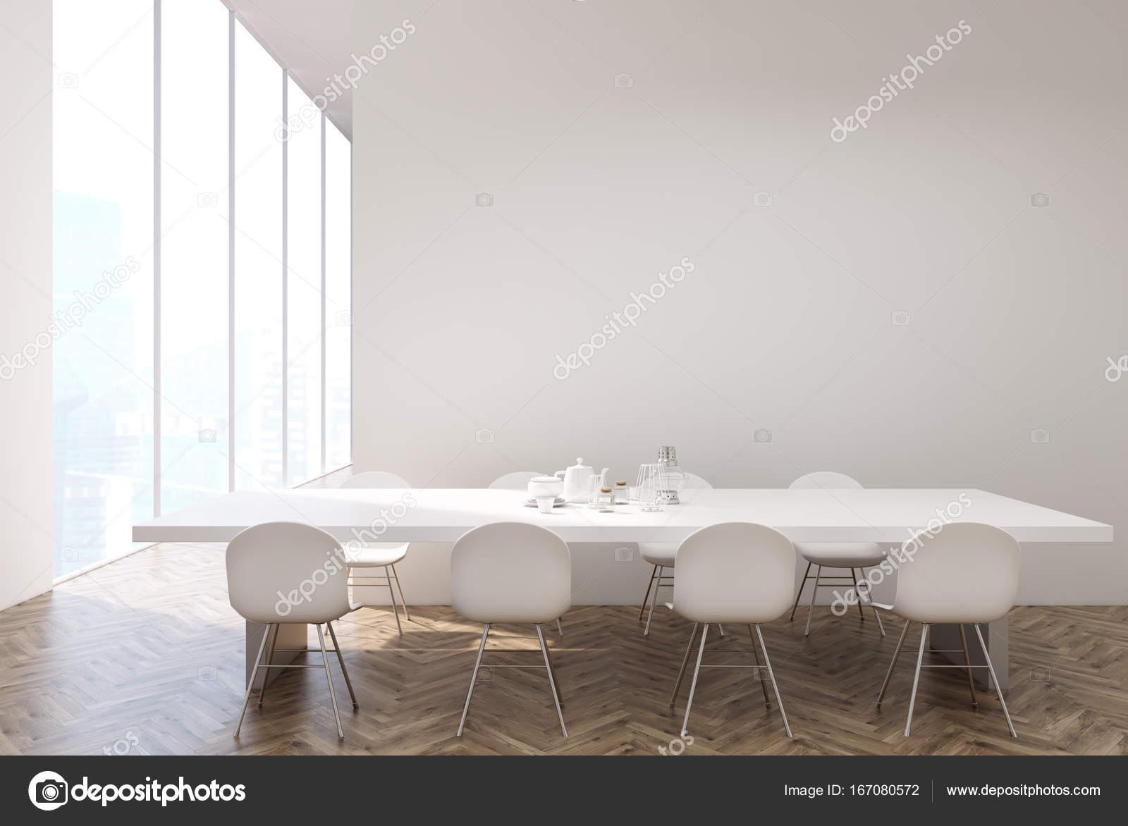 Tavolo bianco in una cucina bianca e legno — Foto Stock ...