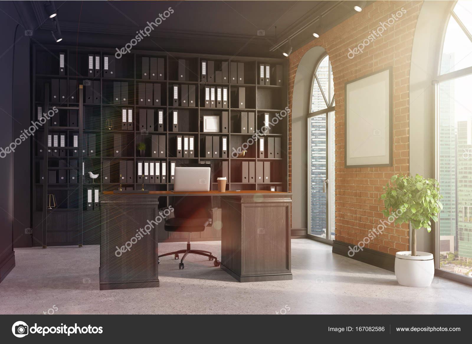 ceo bureau met baksteen en zwarte muren een betonnen vloer hoge ramen en een ingelijste poster een grote tafel met een laptop staat in de buurt van een