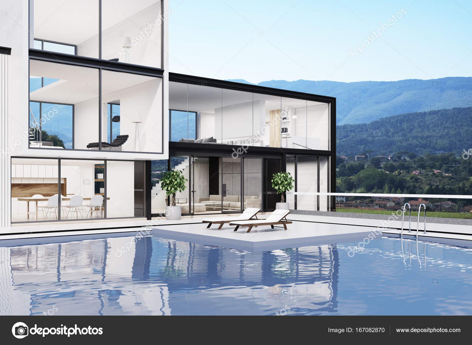 Grande maison blanche avec une piscine côté photo