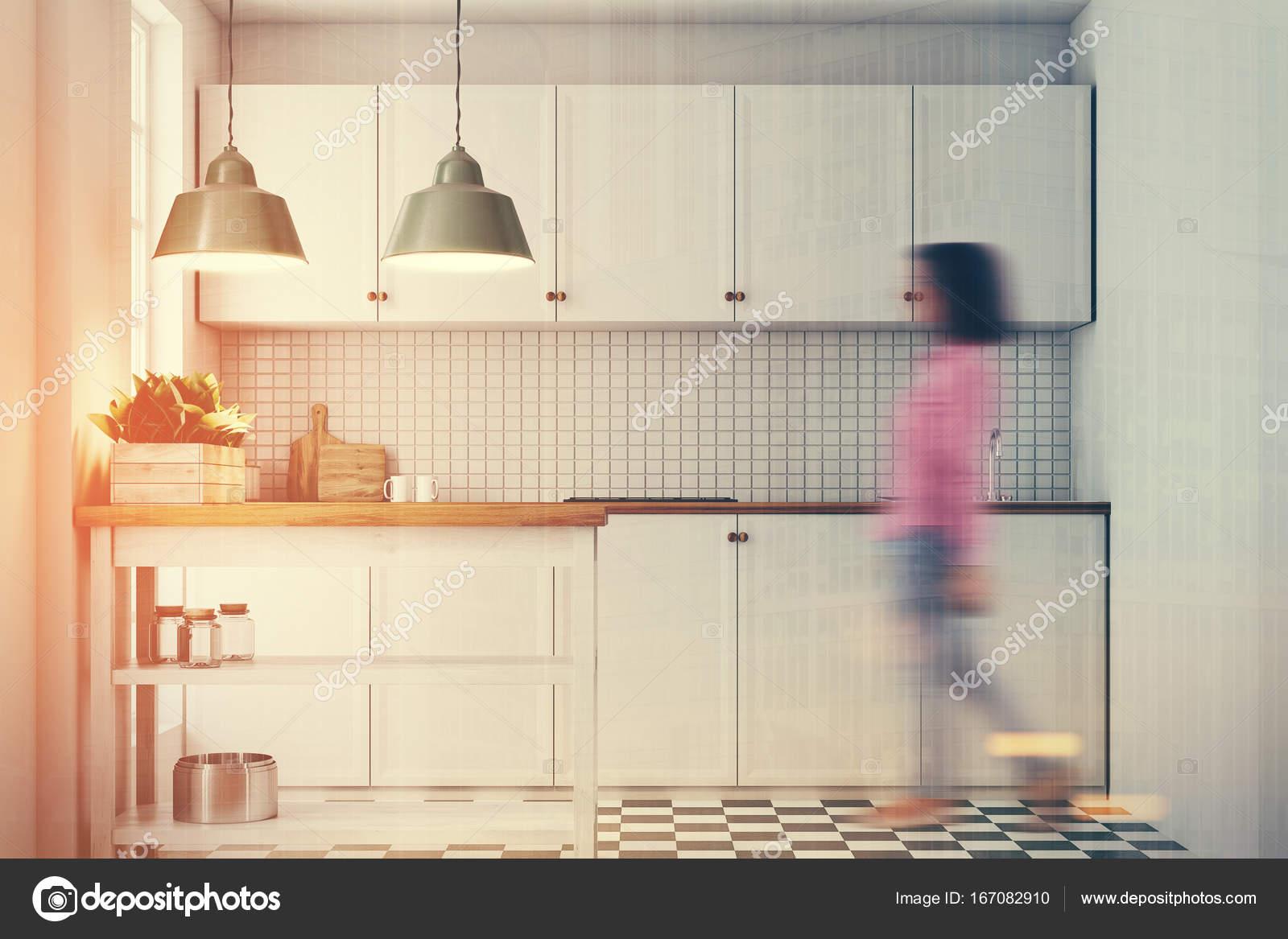 Cucina bianca interni piastrelle pavimento donna u2014 foto stock