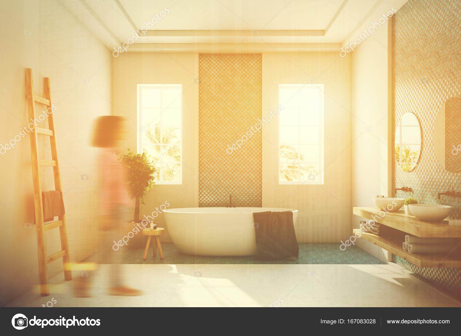 Bagno Beige E Blu : Vasca da bagno blu e bianco bianco tonico u foto stock