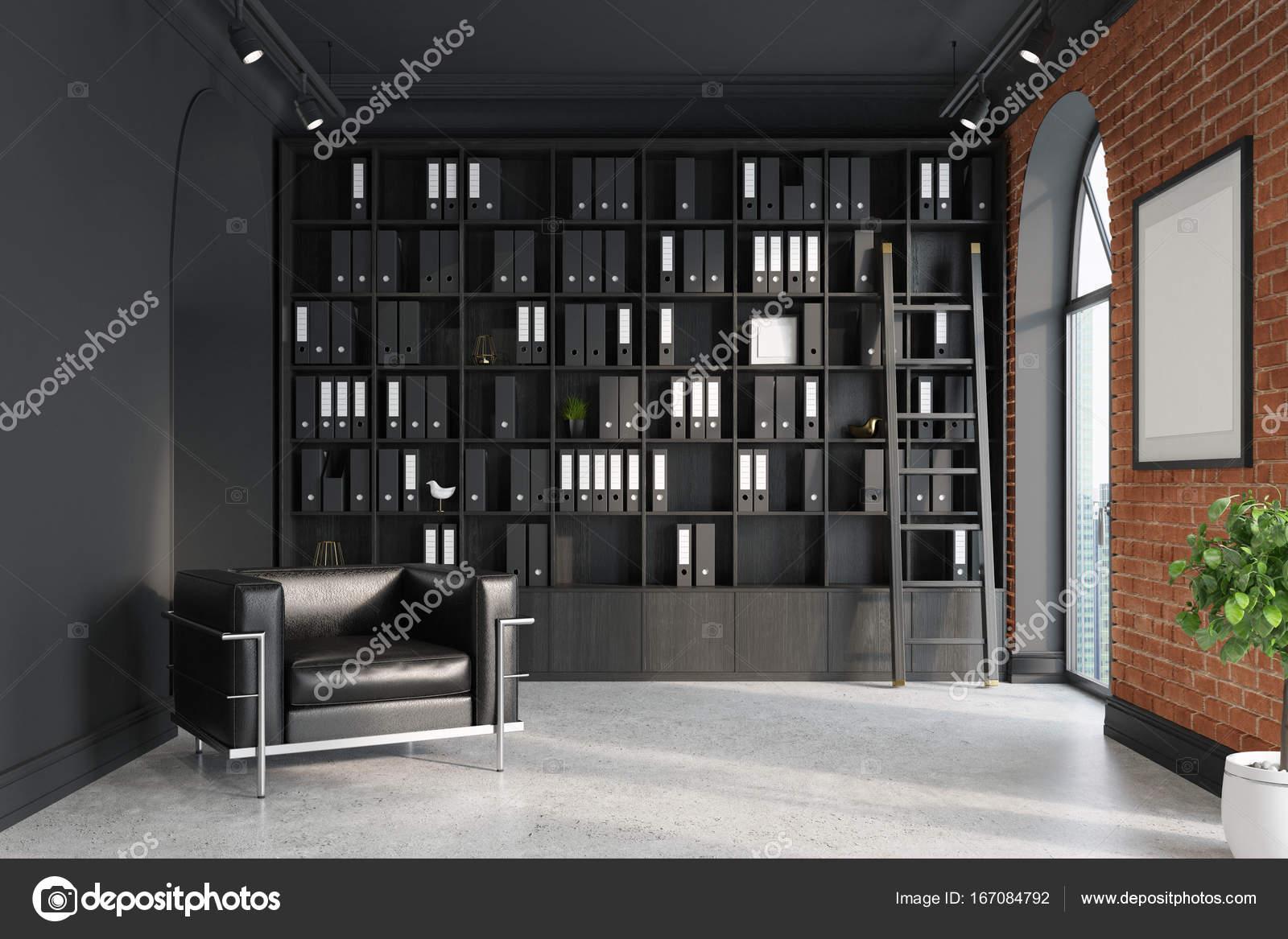 ceo bureau met baksteen en zwarte muren een betonnen vloer hoge ramen en een ingelijste poster een grote fauteuil is permanent in de buurt van een