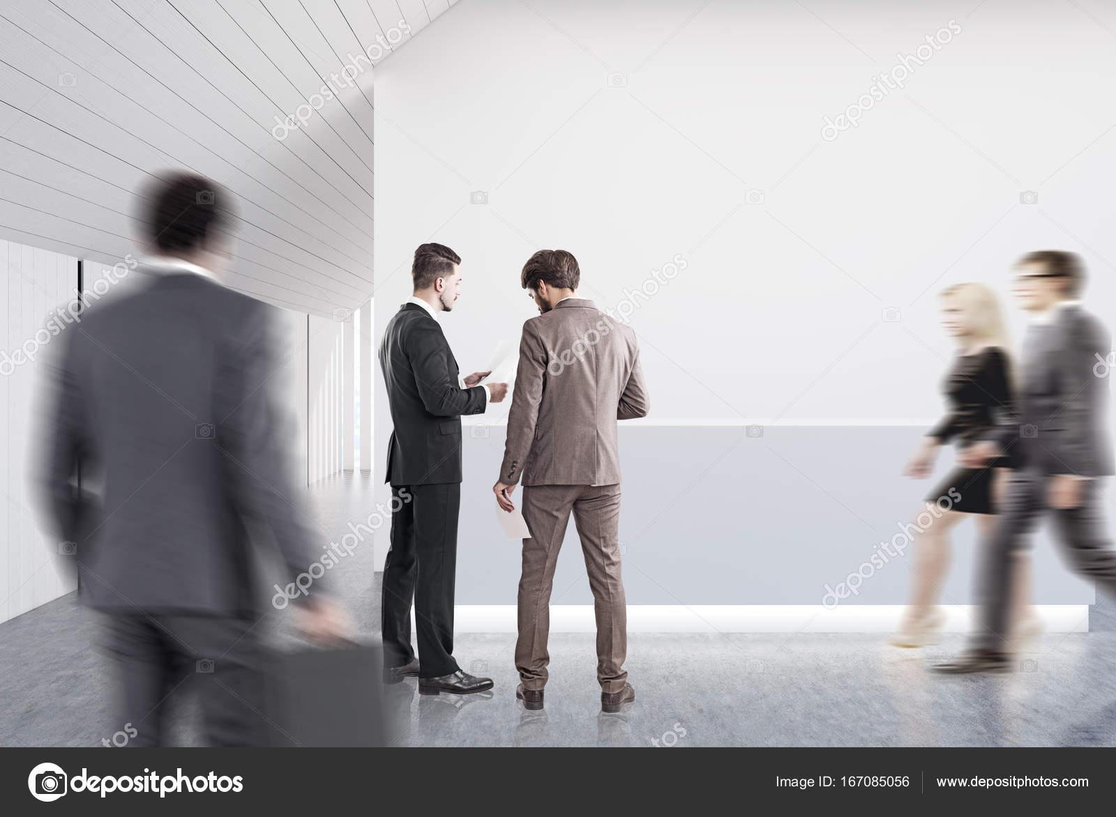 Ufficio Bianco E Legno : Ricevimento ufficio in legno e bianco grigio persone u foto