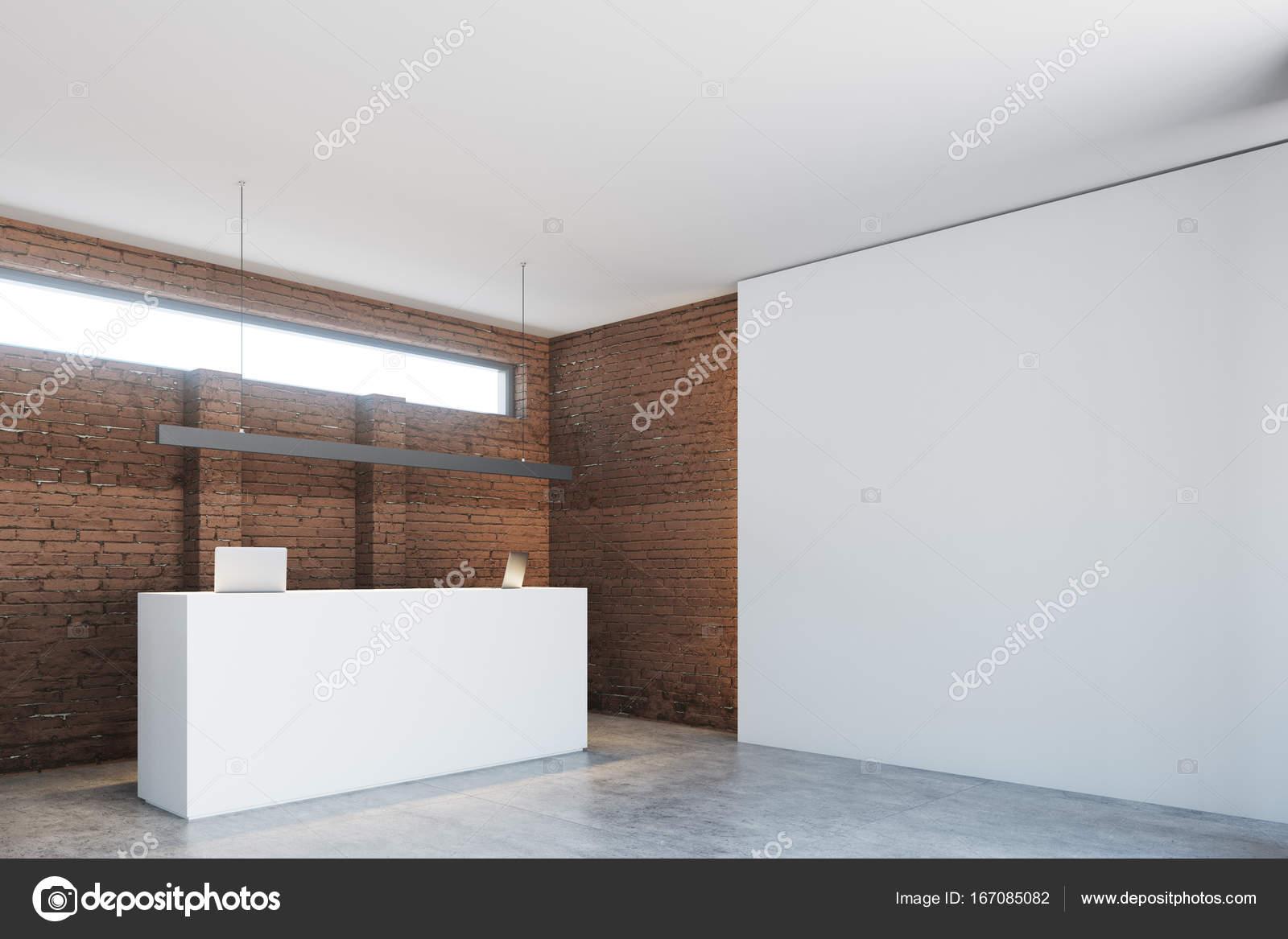 Reception Ufficio Bianco : Lato di banco della reception ufficio bianco del muro di mattoni
