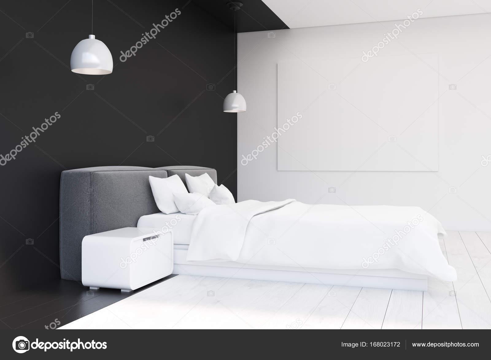 Zwart wit slaapkamer met een poster kant u stockfoto