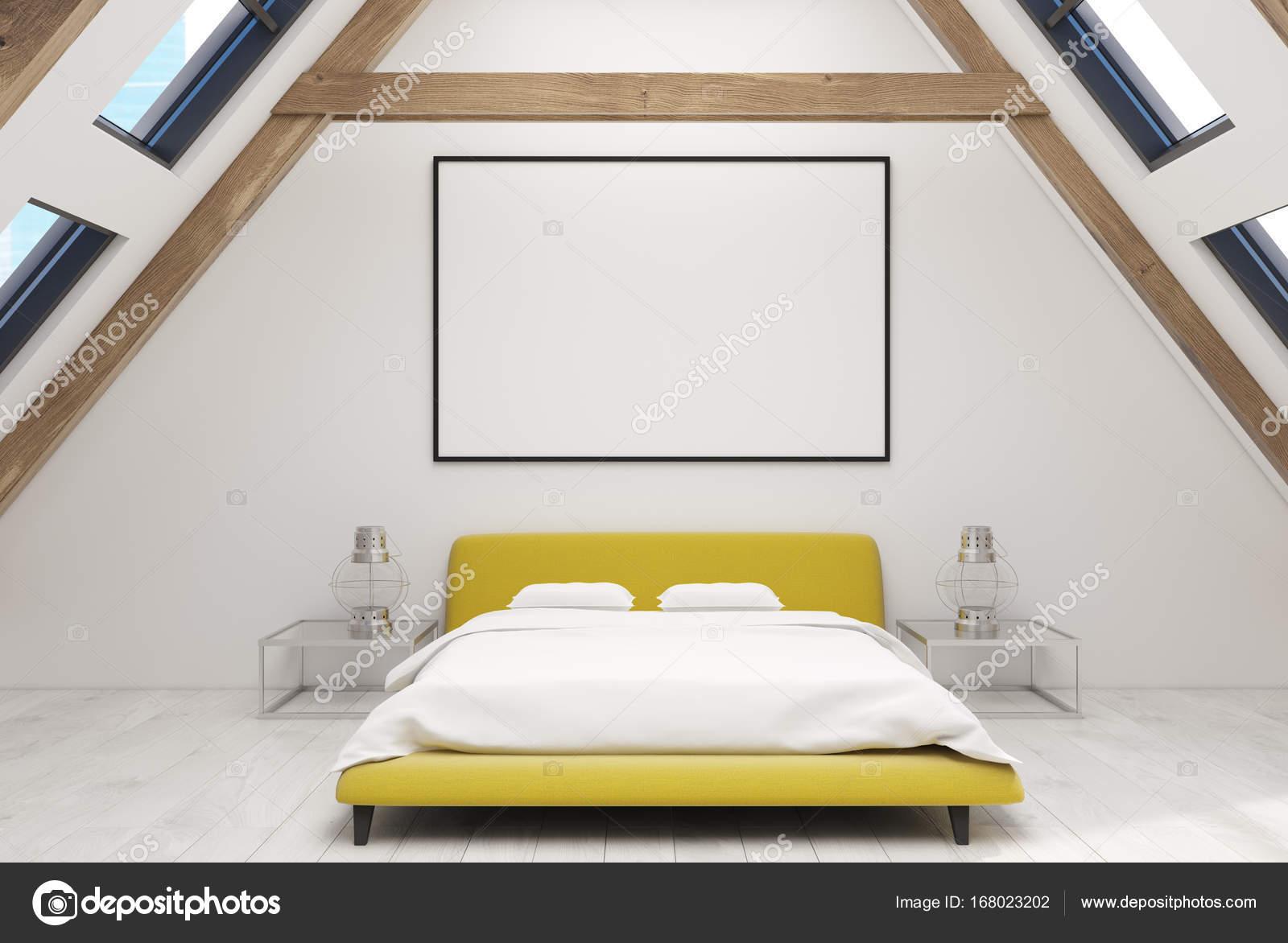 Weiße Dachboden Schlafzimmer Innenraum Mit Einem Hölzernen Fußboden,  Fenster Im Dach, Gelbe Doppelbett Mit Weißer Bettwäsche Und Moderne  Nachttische.
