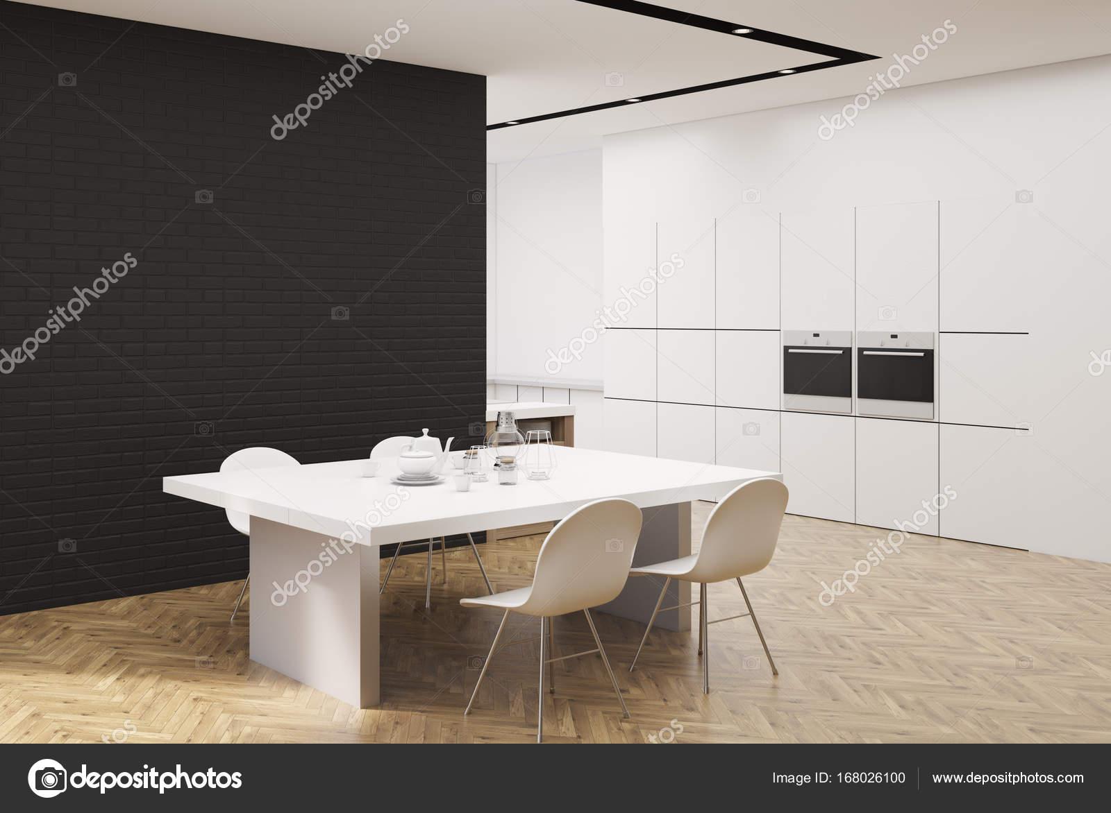 Cucina bianca e nera con un tavolo, angolo — Foto Stock ...