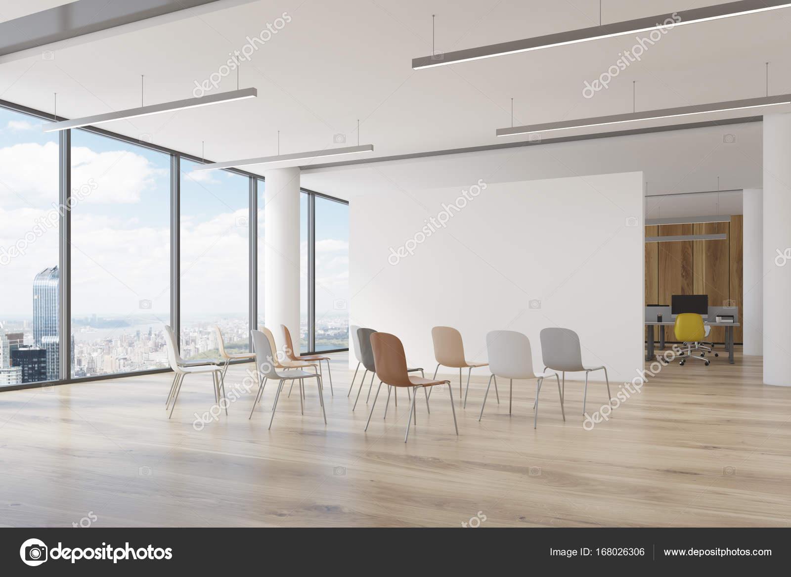 Sala De Escrit Rio Cadeiras Coloridas Canto Stock Photo  -> Sala Branca Com Parede Colorida